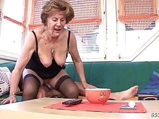 German Granny - Oma hat Geburtstag und bekommt als Geschenk einen Fick mit dem Jungspund